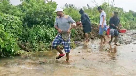 Inondations à La Caverne : des travaux en cours pour déblayer Takamaka