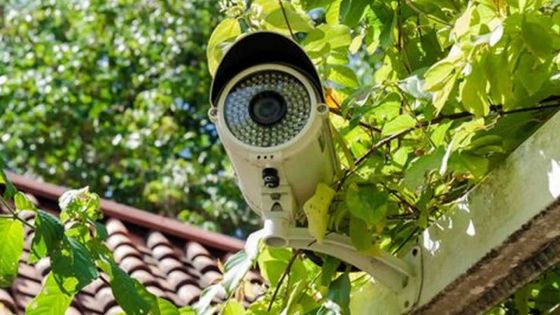 CCTV pointée sur sa porte d'entrée : un chef-inspecteur porte plainte contre son frère caporal
