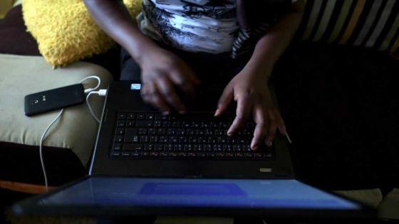 Enseignement par temps de confinement : un front commun d'enseignants du secondaire appelle à l'arrêt des cours en ligne
