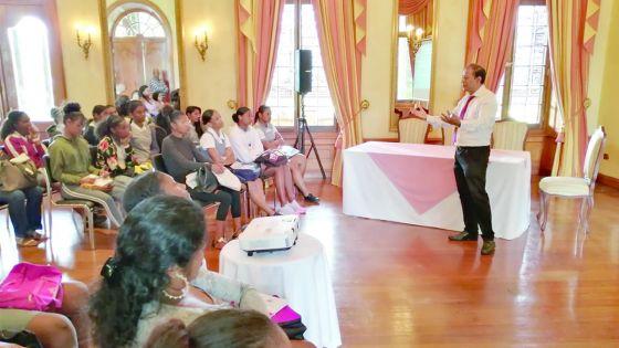 Teaching for Freedom : 25 filles de DIS-MOI, du collège Medco Cassis, reçues par le président de la République