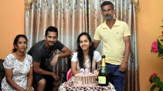 La force de vaincre à 24 ans alors qu'elle peine à se déplacer :Bindya, paraplégique, obtient sa licence de comptabilité avec mention très bien