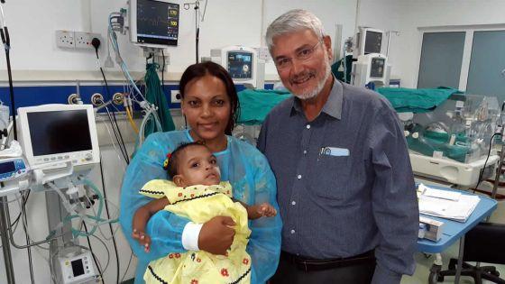 La petite Cléanne reçoit la visitedu professeur D'Cruz