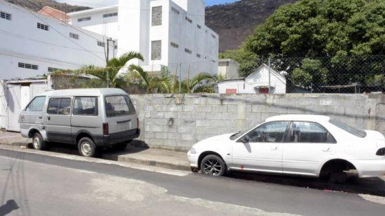 Obstruction au trottoir : ces véhicules abandonnés qui gênentles passants à Port-Louis