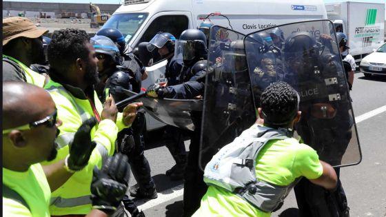 À l'île de La Réunion : comment le mouvement des gilets jaunes a fini par un couvre-feu