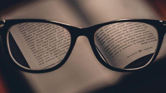 Elle cherche une pairede lunettes pour sa mère