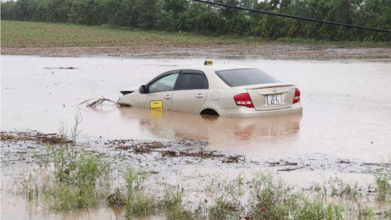 [En images] Cottage : un taxi percute un pylône et finit dans un bassin d'eau boueuse
