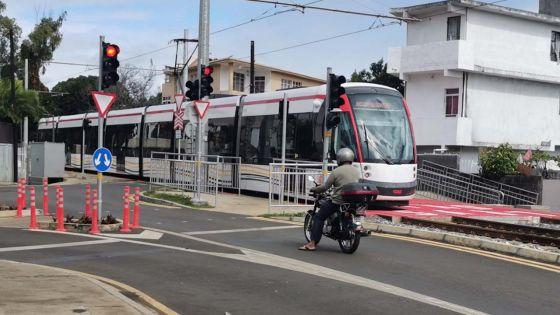 Conduite dangereuse : un taxi coupe la route au tram, l'accident évité de justesse