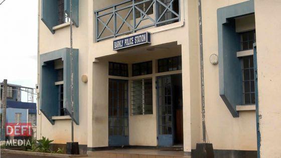 Au poste de police de Barkly : il prétend se rendre aux toilettes, mais brise une vitre et s'enfuit... et se blesse