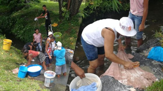 Face aux coupures d'eau à Résidence Atlee, des habitants font leur lessive à la rivière