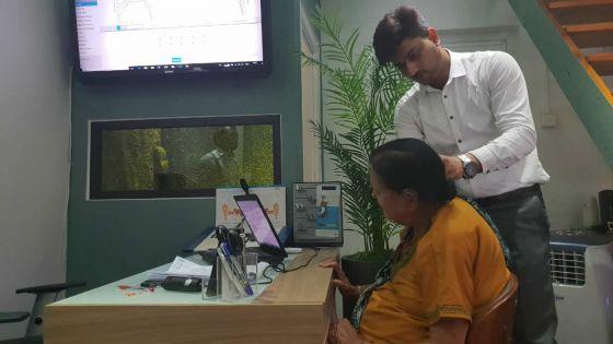 Bonne action : Rogan Clinic offre un appareil de Rs 50 000 à une femme sourde
