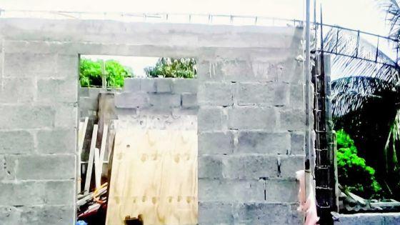 Une dame âgée se plaint d'une construction illégale à Lallmatie
