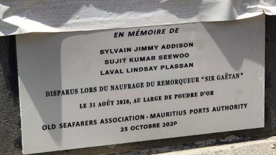 Naufrage du remorqueur Sir Gaëtan : une plaque en mémoire des marins disparus dévoilée à Port-Louis