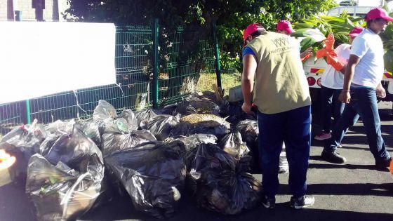 À résidences Kennedy : la NEF et Volunteer Mauritius nettoient les rues