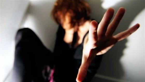 Calvaire d'une femme battue : il gifle sa fille de 7 ans et lance une chaise sur son épouse