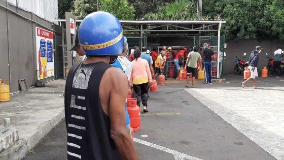 [En images] Couvre-feu sanitaire : la ruée vers le gaz se poursuit