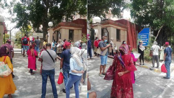 Fermeture des frontières : des Mauriciens manifestent devant l'ambassade mauricienne à Delhi
