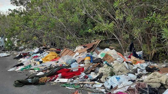 Courrier de lecteurs -À Ébène : des poubellesau milieu des trottoirs