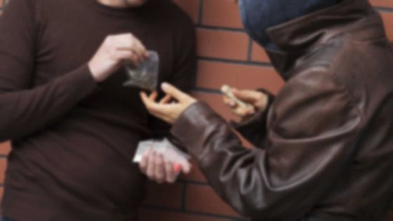 Pris au piège : le dealer vend de la drogue synthétique à l'Adsu