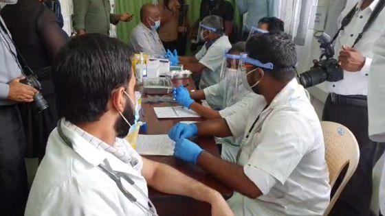 Coup d'envoi de la campagne de vaccination anti-Covid-19, en direct de l'hôpital Victoria