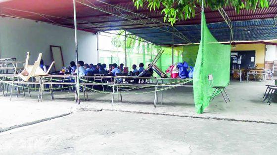 Des salles de classe sous un préau à l'école primaire D. Hurry
