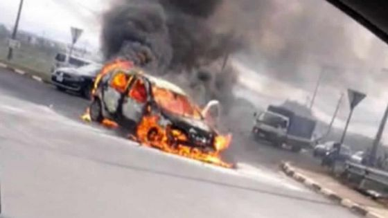 Non loin du rond-point de Jin Fei : une voiture complètement ravagée par le feu