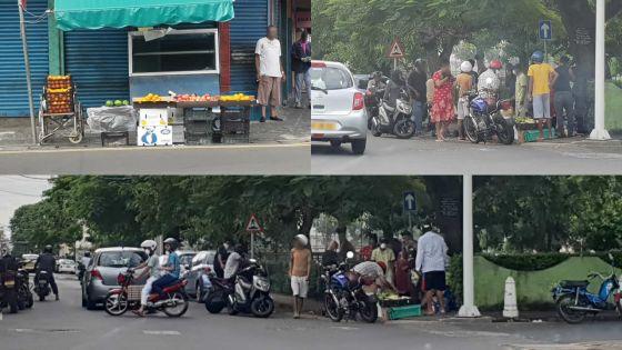 Légumes et fruits en vente dans la rue malgré le couvre-feu sanitaire