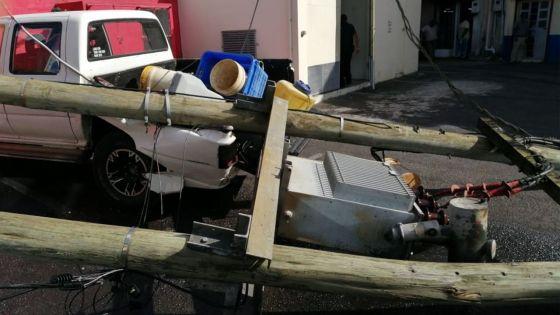 Vacoas : un transformateur électrique s'écroule sur un 4X4