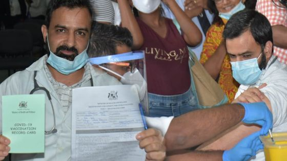 Campagne de vaccination anti-Covid-19 : le Dr Geelani Sajad Hussain reçoit la première dose