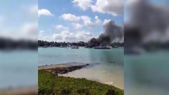 Grand-Baie : un catamaran ravagé par les flammes