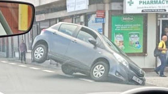 Bell Village : une voiture fait une sortie de route