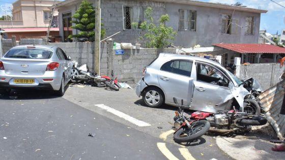 [En images] Port-Louis : grave accident de la route impliquant deux motos et deux voitures