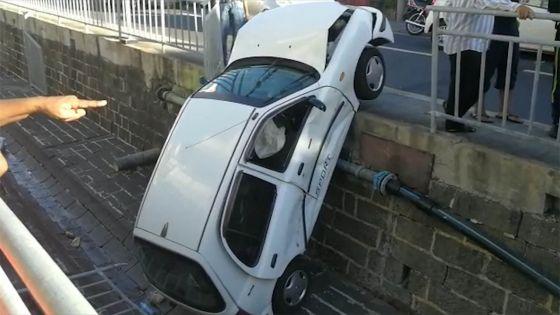 Port-Louis : une voiture termine sa course dans un caniveau