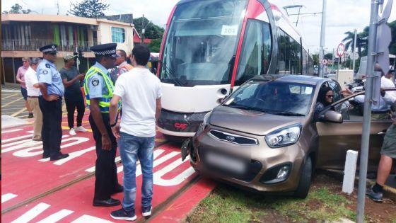 Collision entre une voiture et le tram vendredi - La conductrice impliquée : «Kan monn tape, monn trouv lamor pe vini»