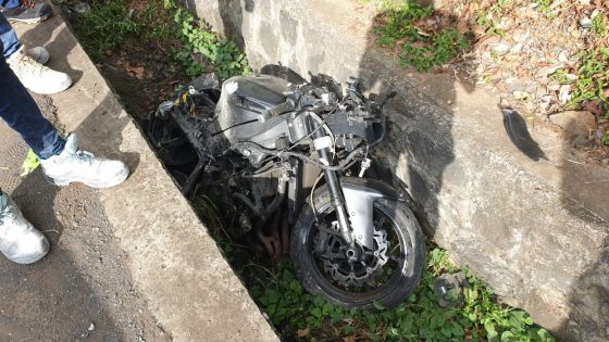 Trianon : il perd le contrôle de sa moto de grosse cylindrée et termine sa course contre un parapet
