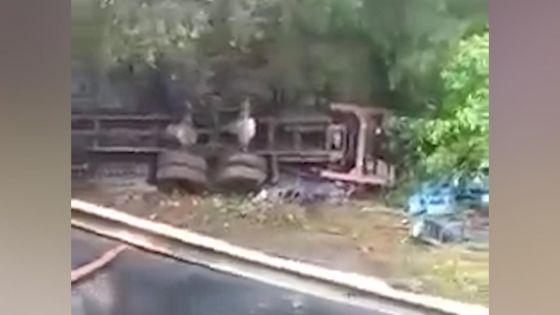 Rivière-du-Poste : un camion transportant de la bière fait une sortie de route et atterrit dans une rivière