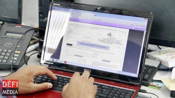 Elle inscrit son numéro de compte bancaire sur le formulaire du Wage Assistance Scheme d'une autre personne
