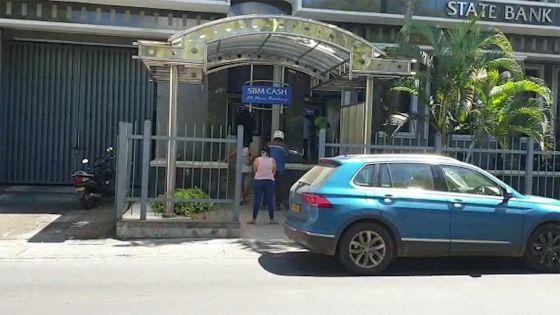 Quatre-Bornes : de longues queues devant des ATM en dépit des risques sanitaires
