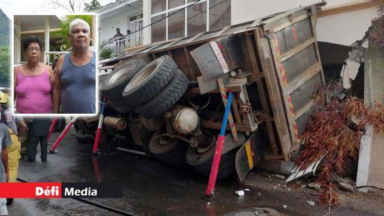 Trois jours après un accident à Tranquebar : le camion toujours encastré dans la façade ; l'aide de la SMF sollicitée