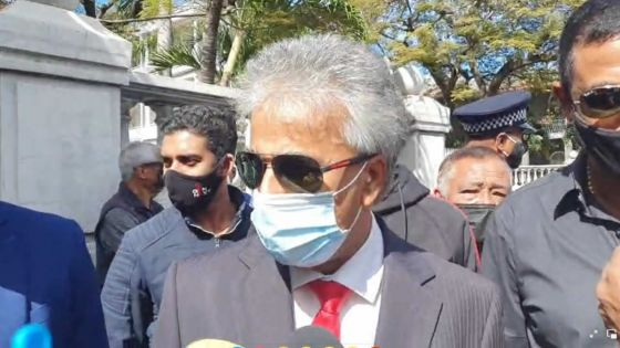 Suspendu pour huit séances : manifestation symbolique d'Arvin Boolell devant le Parlement