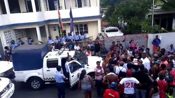 Des sinistrés rassemblés devant le poste de police: la colère gronde à Bain-des-Dames