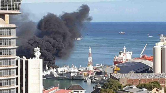 Un bateau prend feu dans le port