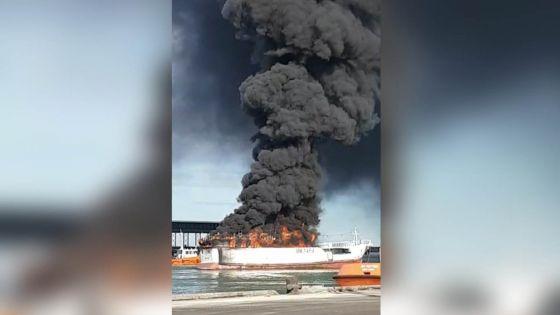 Incendie dans un bateau taiwanais au port : les soldats du feu toujours mobilisés