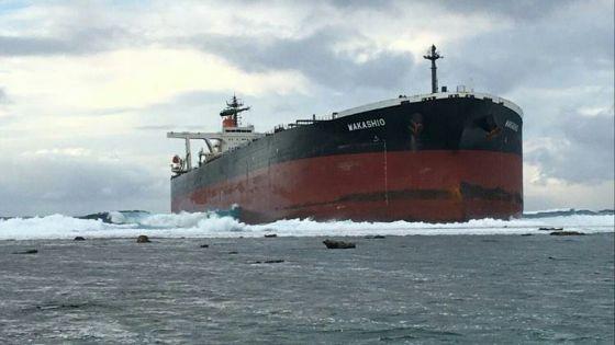 [En images] Un navire s'échoue au sud-est de Maurice
