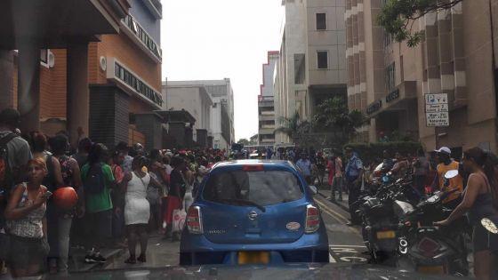 Nouveaux rassemblements des sinistrés devant l'Astor Court et le poste de police de Bain-des-Dames
