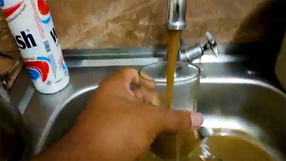 Résidence Atlee, Forest-Side : une eau boueuse coule du robinet