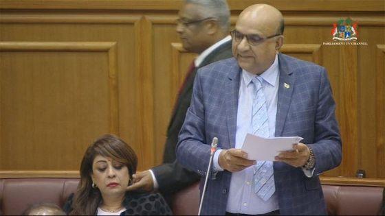 Pour avoir pincé la joue de Sandhya Boygah : le conseiller Chaumière interdit au Parlement