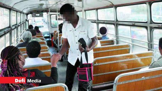 Ils disent n'avoir été payés durant le confinement : des chauffeurs et receveurs d'autobus portent plainte