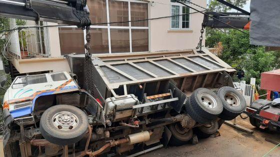 Tranquebar : le camion encastré dans la façade d'une maison enlevé