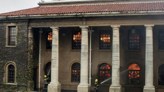 Afrique du Sud: incendie sur la montagne emblématique surplomblant le Cap
