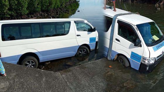 Poste-de-Flacq : le chauffeur d'un «contract van» pris d'un malaise, son véhicule se retrouve dans l'eau
